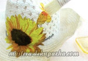 Декупаж летней шляпы цветочным узором 17