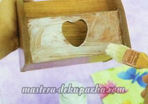 Декупаж деревянной полочки хлебницы для кухни 2