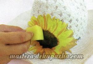 Декупаж летней шляпы цветочным узором 9