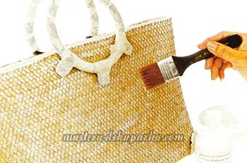 Декупаж плетеной сумки цветочным орнаментом 4