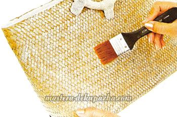 Декупаж плетеной сумки цветочным орнаментом 5