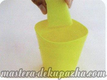 Декупаж рамки для фото - смачиваем губку клеем
