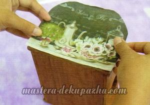 Декупаж деревянной полочки хлебницы для кухни 10
