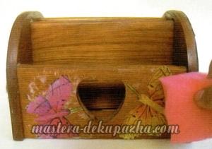 Декупаж деревянной полочки хлебницы для кухни 14