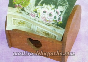 Декупаж деревянной полочки хлебницы для кухни 4