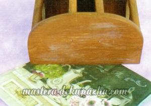 Декупаж деревянной полочки хлебницы для кухни 9